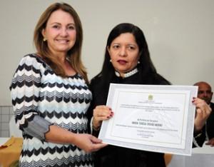 Teresa Murad sendo diplomada em Coroatá