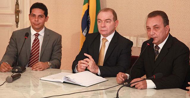 Paulo Marinho Júnior ao lado dos também secretários João Abreu e Luis Fernando
