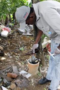 Agente de endemias em ação de combate à dengue: Biné Morais/2010