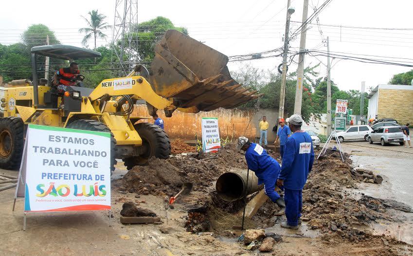 Homens trabalham na drenagem de via no Turu