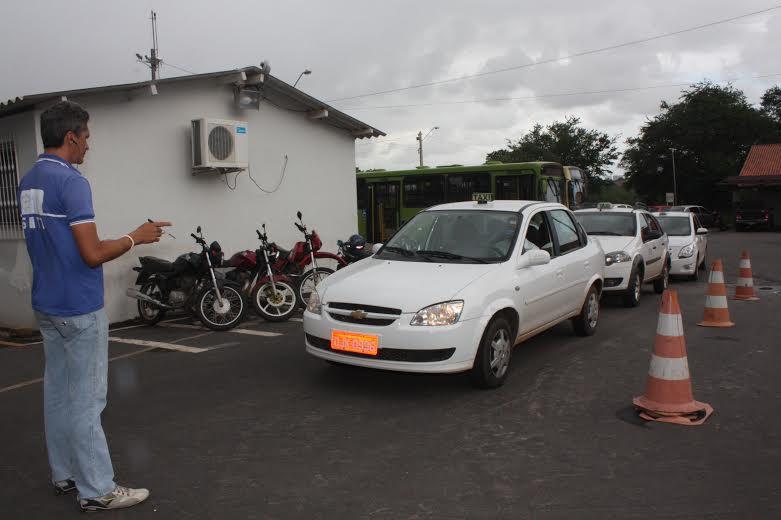 Fiscal avalia situação de veículo em pátio da SMTT