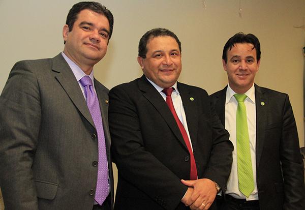 Jota Pinto entre o deputado Junior Marreca e o presidente Adilson Barroso